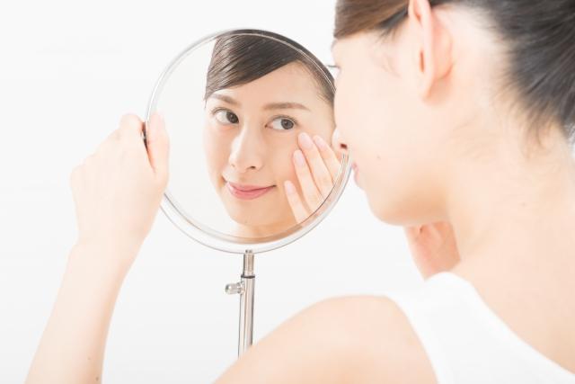 鏡を見る女